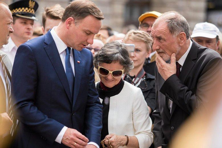 Prezydent Andrzej Duda wraz z rodzicami, Janiną Milewska-Duda oraz Janem Tadeuszem Dudą, podczas uroczystości Bożego Ciała w Krakowie w 2015 r.