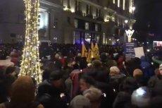 W całej Polsce odbywają się demonstracje przeciwko zawłaszczeniu sądów przez PIS. Tłumy pojawiły się również przed Pałacem Prezydenckim Andrzeja Dudy.