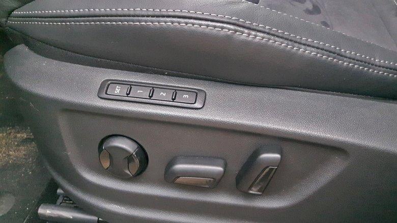 Fotel kierowcy sterowany jest elektrycznie.