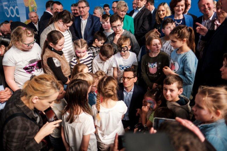 Premier Mateusz Morawiecki podczas spotkania z mieszkancami gminy Radymno z okazji obchodów dwóch lat programu 500 plus.