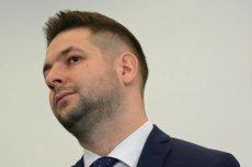 Patryk Jaki zamieścił skandalicznego mema ze zdjęciem z pogrzebu Sebastiana Karpiniuka. Platforma Obywatelska żąda przeprosin.