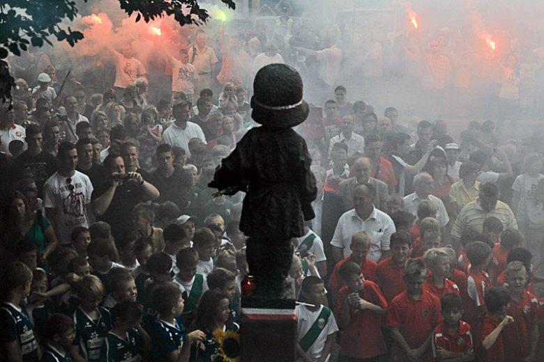 Młodzi kibice pod Pomnikiem Małego Powstańca. Czy ten symbol najlepiej uczy ich prawdy o Powstaniu Warszawskim?