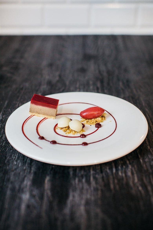 Pasztet z dzika i jelenia, pralina z foie gras w białej czekoladzie, galaretka wiśniowa, sorbet wiśniowy z rozmarynem