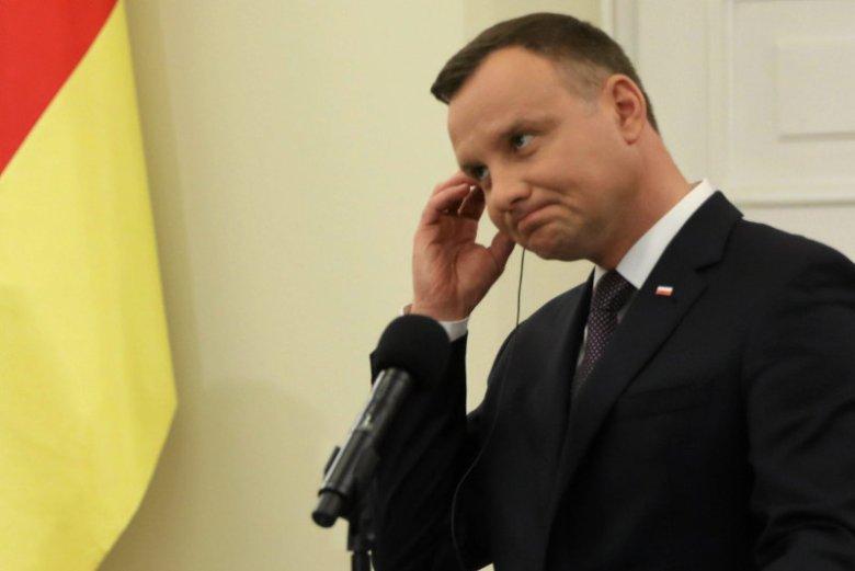 """""""To mają być kondolencje?!"""". Ekspert, historyk, badacz dziejów dyplomacji oraz protokołu dyplomatycznego dr Janusz Sibora, jest oburzony tym, jak polskie władze zareagowały na śmierć Helmuta Kohla."""