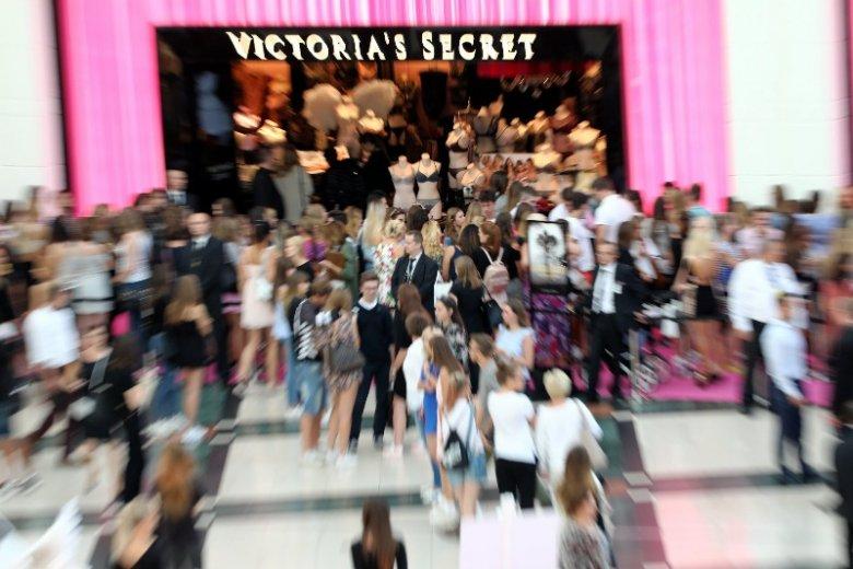 Tłumy w centrum handlowym Arkadia. Tutaj akurat podczas otwarcia sklepu Victoria's Secret.