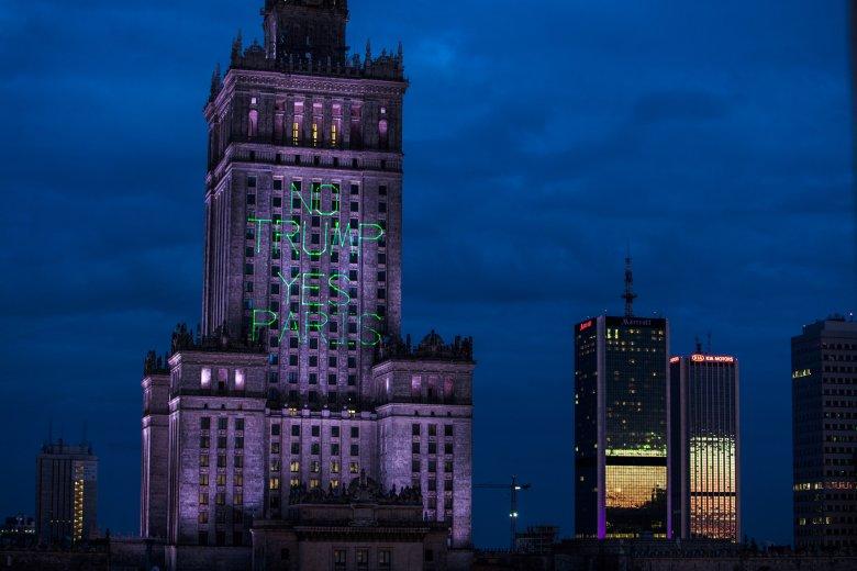 """5 lipca, w dniu przyjazdu Donalda Trumpa do Polski, aktywiści Greenpeace wyświetlili na fasadzie Pałacu Kultury i Nauki w Warszawie ogromny napis """"No Trump, Yes Paris"""". Protestowali w ten sposób przeciwko antyklimatycznej polityce prezydenta Stanów Zjedno"""