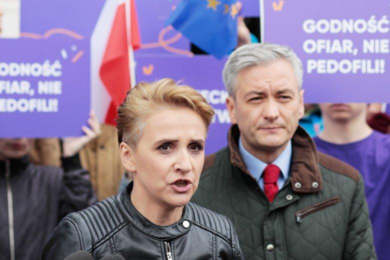 Joanna Scheuring-Wielgus zaatakowała Sławomira Nitrasa za to, że te rzucił dziecięce buciki przed Jarosławem Kaczyńskim i zarzuciła mu brak odwagi.
