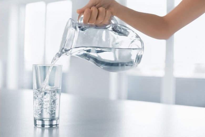 Rzeczywiście trudno niekiedy przełamać się do picia zimą chłodnej wody. Możemy jednak postawić szklankę z płynem (ważne, żeby nie była to plastikowa butelka!) w pobliżu kaloryfera.