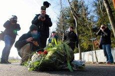 Kwiaty dla pani premier ostatecznie zostawiono na drodze przed domem.