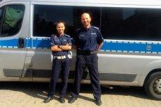 Policjanci na urlopie uratowali na Słowacji ofiarę wypadku, w którym auto spadło 8 metrów w dół z wiaduktu.
