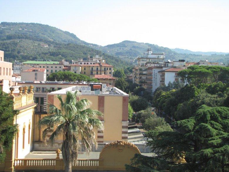 Toskańskie dachy, wzgórza... Czyli widok z tarasu śniadaniowego w Montecatini-Terme.
