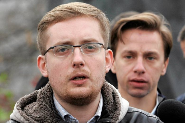 Robert Winnicki został oskarżony - o pijaństwo i wyciąganie kolców jeżowców ze swoich stóp - przez Jana Kobylańskiego, biznesmena o reputacji antysemity. Na zdjęciu Winnicki przemawia podczas obchodów 11 listopada.