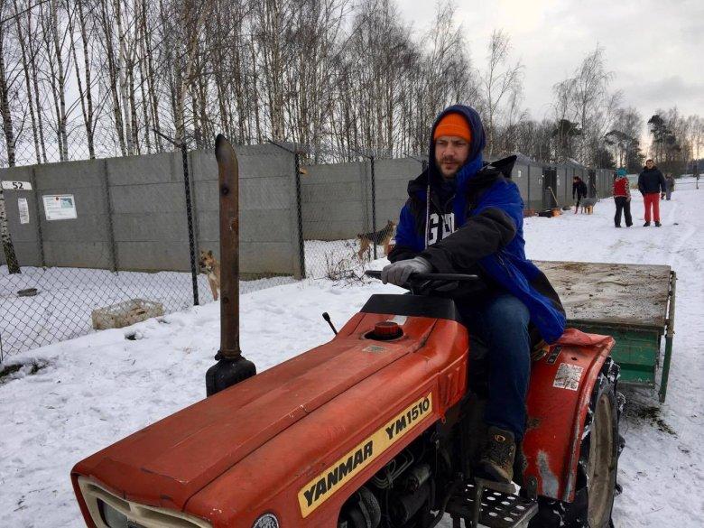 Marketingowiec, sprzedawca. W Korabiewicach trzeba czasem wsiąść na ten traktorek, choćby po to, aby porozwozić świeżą wodę dla psów.