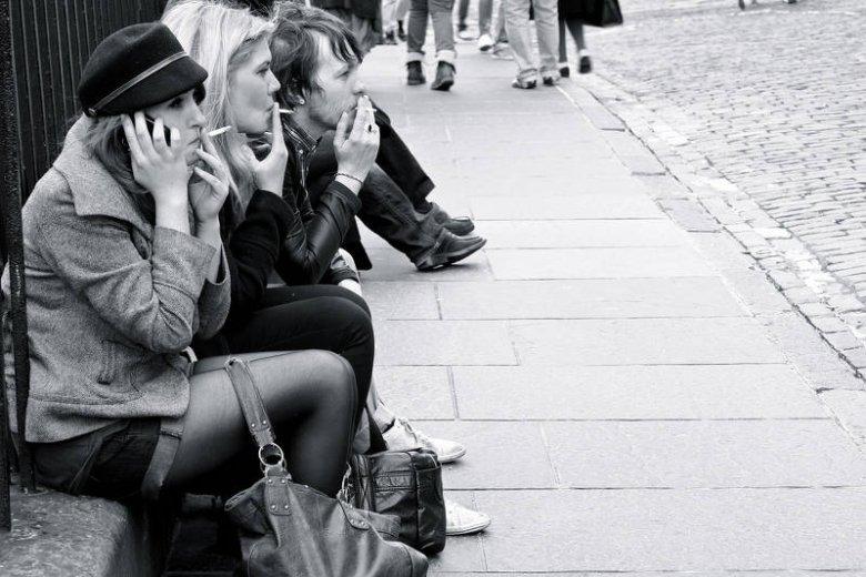 Młode kobiety palą równie często jak faceci. Zakaz palenia w lokalach ich do tego nie zniechęca