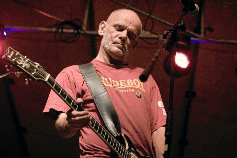 Robert Brylewski miał kilkanaście lat był związany z wokalistką Vivian Quarcoo.