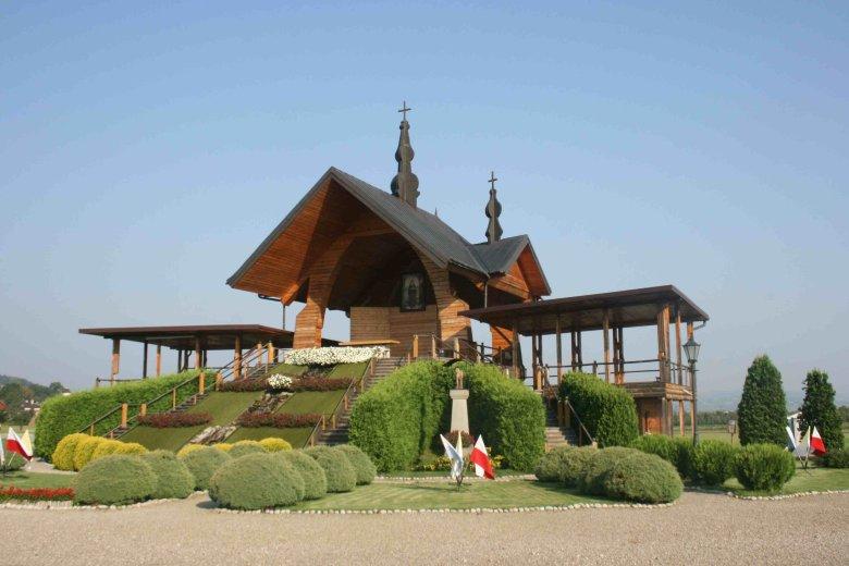 Ołtarz papieski na błoniach pod Starym Sączem. W tym miejscu w 1999 roku Ojciec Święty kanonizował królową Kingę, fundatorkę tutejszego klasztoru.