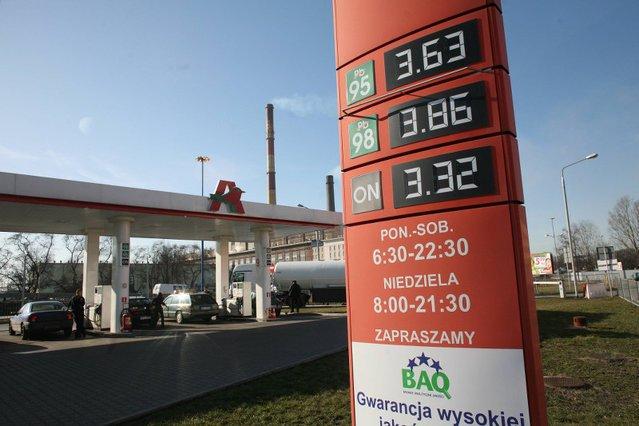 """Miłe oku i portfelowi ceny sprzed 6 lat. """"Dobra zmiana"""" PiS możliwa jest także na stacjach benzynowych"""