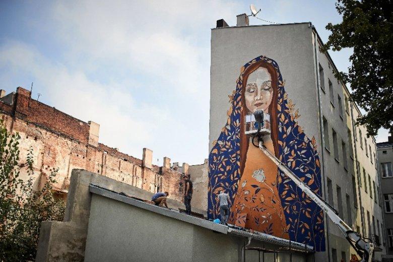 W całej Łodzi znajduje się kilkadziesiąt murali stworzonych przez artystów z całego świata. Ten projektowała Paulina Nawrot