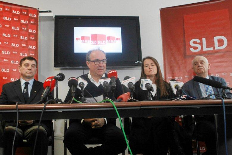 Prezes Związku Żołnierzy WP pułkownik Marek Bielec, szef SLD Włodzimierz Czarzasty , Monika Jaruzelska i Janusz Zemke podczas konferencji w sprawie tzw. ustawy degradacyjnej