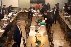 Komisja Nadzwyczajna do rozpatrzenia projektów ustaw z zakresu prawa wyborczego obrady zakończyła po północy. Posłowie po 14 godzinach prac byli wyraźnie zmęczeni.