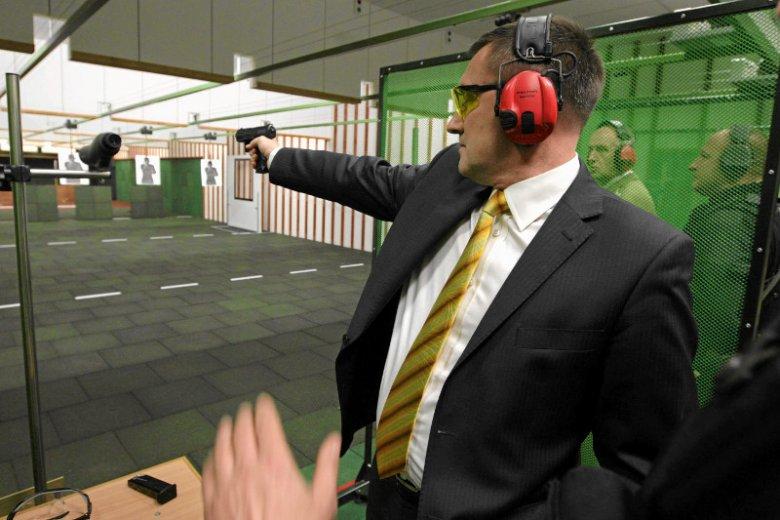 Czołowi politycy dostali gotowy projekt nowelizacji ustawy o broni, który pozwala na użycie broni palnej w celu ochrony miru domowego