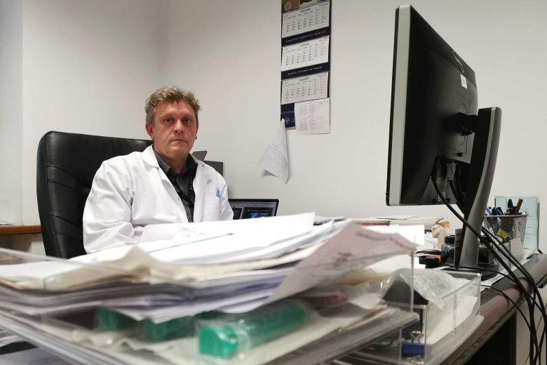 Doktor Marcin Fudalej w swoim gabinecie