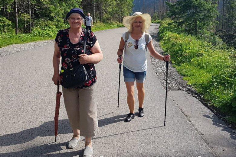 To powinno być przykładem dla turystów w Tatrach. 77-latka sama weszła pod Morskie Oko.