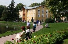 Zmieniły się zasady wyjazdów do sanatorium. Na zdjęciu teren uzdrowiska w Nałęczowie.