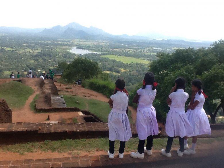 Uczennice na wycieczce szkolnej na płaskowyżu Sigirija. Z góry  roztacza się piękny widok na okolicę.