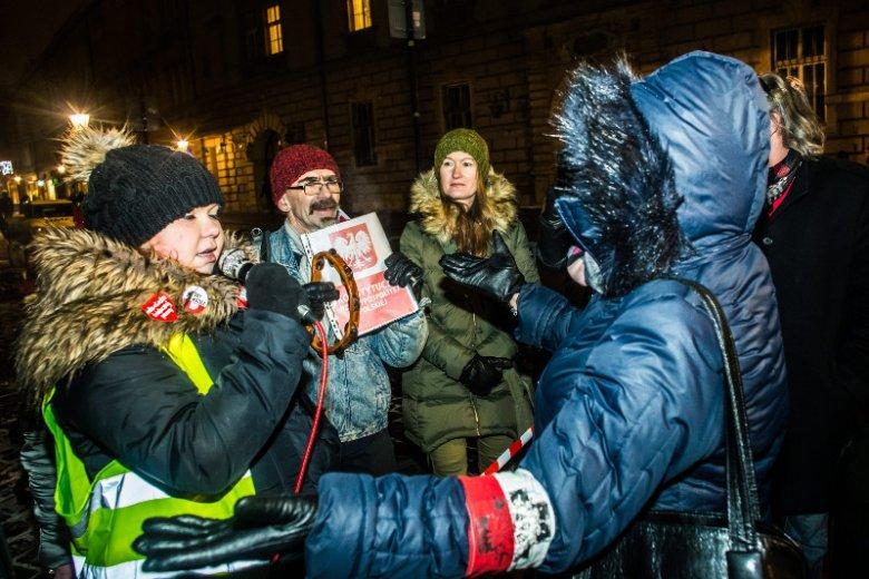 18 stycznia 2017; demonstracja pod Wawelem. Katarzyna Kulerska z mikrofonem w dłoni