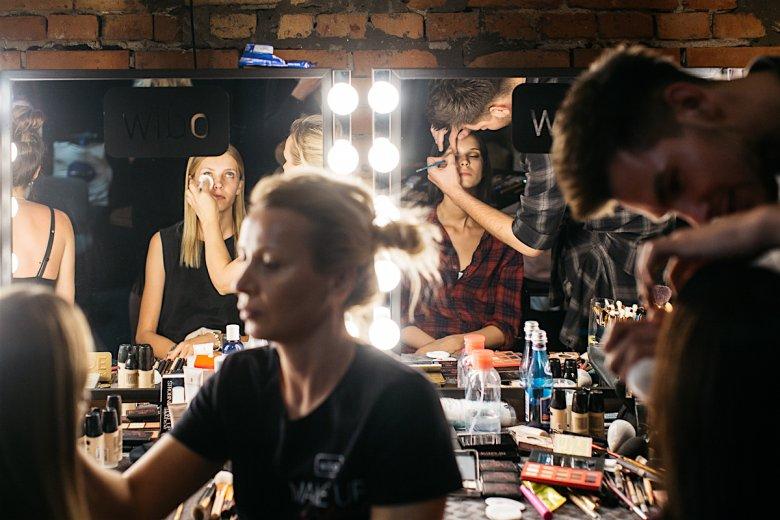 Praca wre – makijażyści przygotowują modelki na pokaz marki Tomaotomo