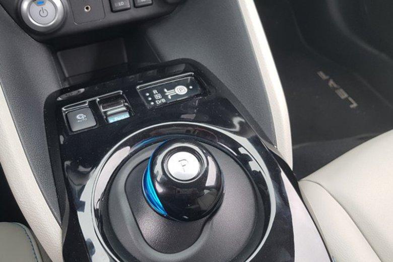 """Nawet w samochodach elektrycznych, gdzie w ogóle nie ma skrzyni biegów, jest jakiś """"wybierak"""" do przełączania trybów jazdy."""