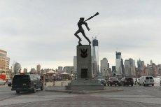 Właśnie ten pomnik stojący naprzeciwko Manhattanu ma zostać zlikwidowany.