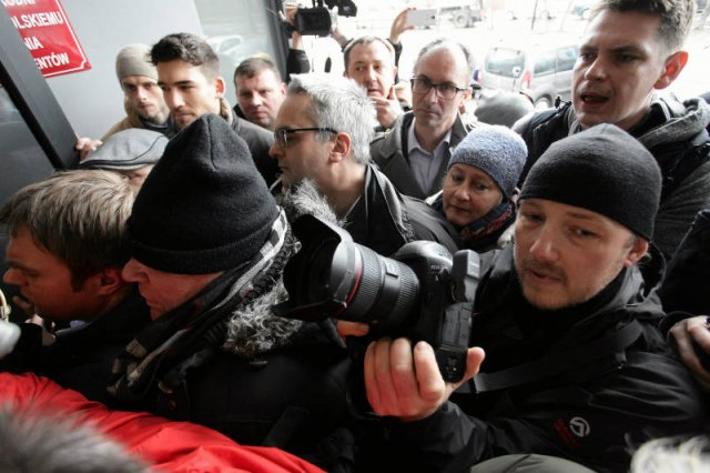 Tłum dziennikarzy pod siedzibączytelni IPN.