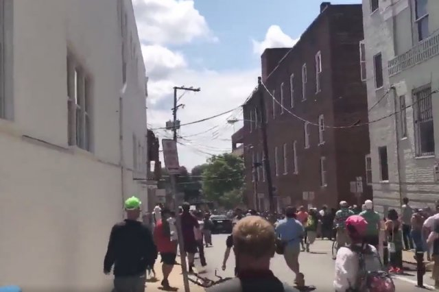 Rozpędzony samochód wjechał w tłum w CHarlottesville w USA.