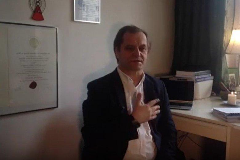 Antoni Przechrzta podczas seansu telewizyjnego uzdrawiania duchowego.