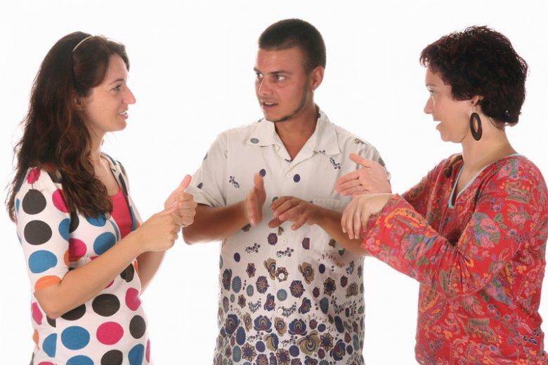 Osoby, którym wszczepiono implanty słuchowe, jak były małymi dziećmi, najczęściej nie znają języka migowego.