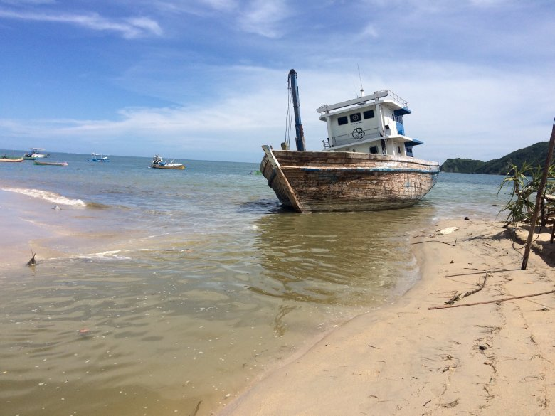 Plaża w Kucie na Lombok - lokalny ciek dzieli plażę na pół i wpada do oceanu; 2016.