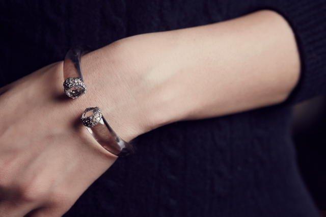 Biżuteria ze szkła akrylowego z osadzonymi w nim ręcznie kryształami Swarovskiego. Tylko jedna sztuka w Polsce!
