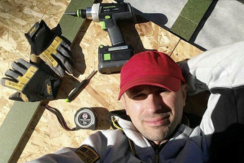 Pan Jarosław podczas naprawiania dachu.