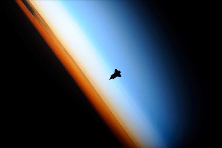 Prom kosmiczny dolatujący do Stacji Orbitalnej