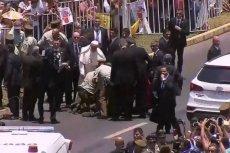 Papież Franciszek ratował policjantkę, która spadła z konia podczas przejazdu papamobile.