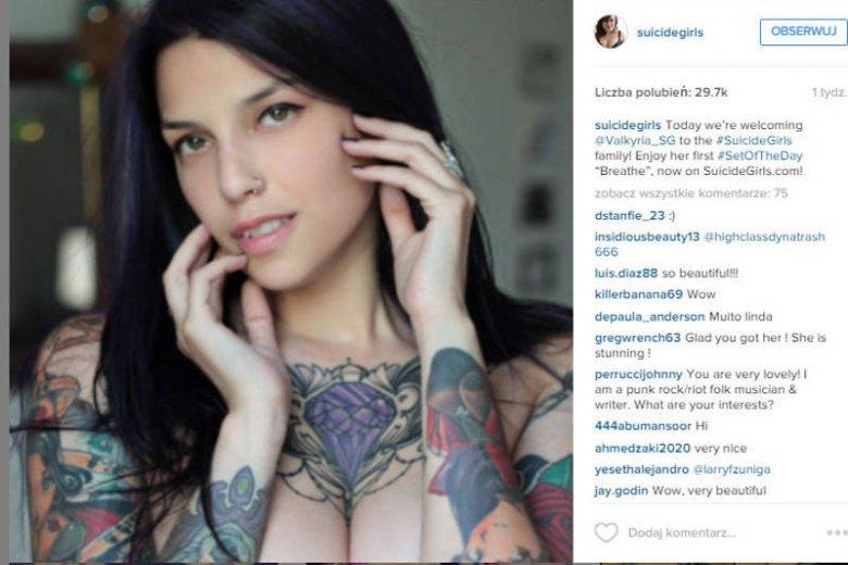 Nowy Kanon Kobiecego Piękna Ze Sztucznym Biustem I Mnóstwem Tatuaży