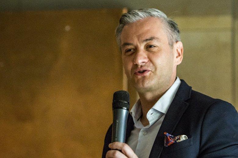 """Robert Biedroń próbował przeprosić Barbarę Nowacką za słowa o tym, że jest """"tresowana""""."""