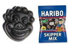 Po lewej - żelka Haribo z Skipper Mix w kształcie afrykańskiej maski, po prawej paczka Skipper Mix