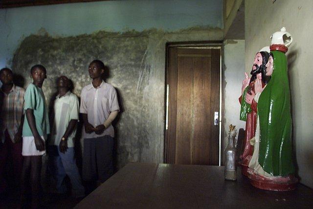 Wnętrze domu, w którym pod podłogą ukryto ponad 150 ciał zamordowanych członków sekty.