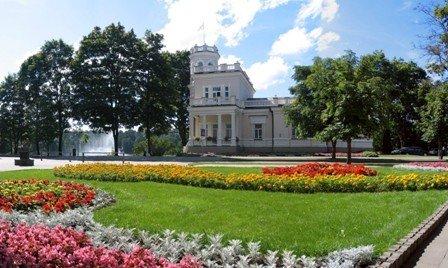 """""""Biały pałacyk"""" czyli Willa Kiersnowskich, to siedziba Muzeum Miejskiego."""