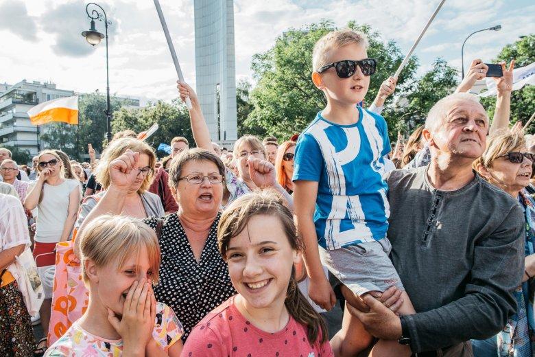 Warszawiacy protestujący przeciw zmianom w sądownictwie pod Sejmem w lipcu 2017