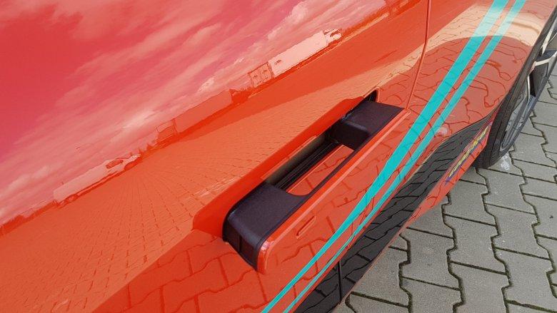 Drobny szczegół zapożyczony z Tesli – klamki chowają się w drzwiach, kiedy samochód rusza z miejsca.