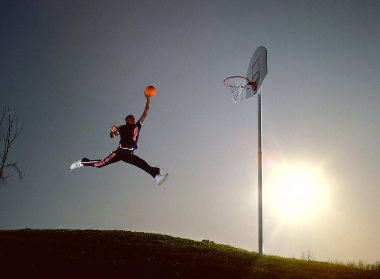 Zdjęcie Michaela Jordana podczas samotnego, porannego treningu.